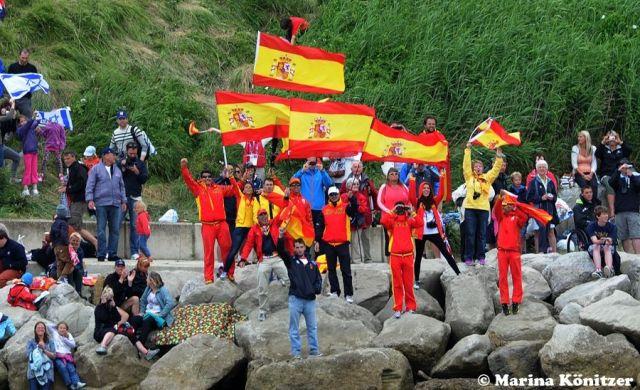 Die Spanier feiern ihre einzige Medaille im Segeln, die Surferin Alabau gewann.   © Marina Könitzer