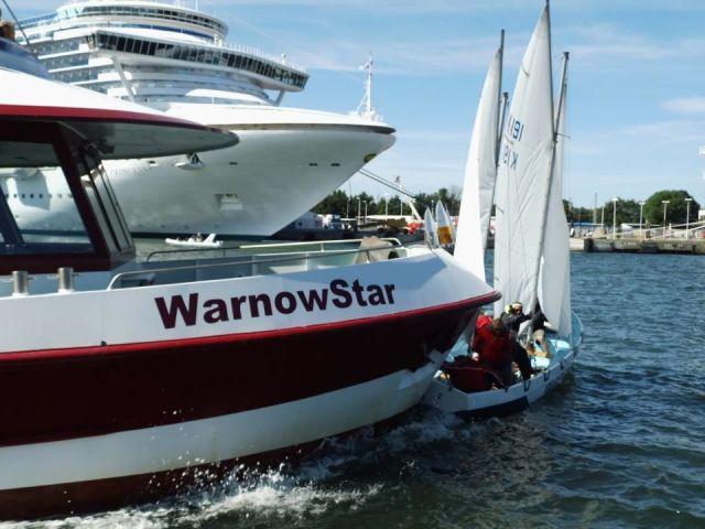 """Die """"WarnowStar"""" erwischt im Rostocker Hafen einen Segelkutter. © priv"""