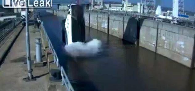 Ein Mobo rutscht aus den Kran-Schlaufen.