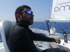 Khamis Al Anbouri übernimmt hin und wieder das Steuer des Oman Trimarans. © MOD70 Musandam-Oman Sail / On Board