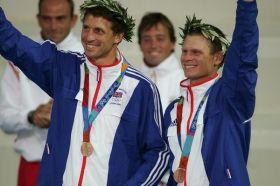 Hiscocks (l.) gewann mit dem jetzigen Luna Rossa America's Cup Steuermann Chris Draper in Athen 2004 49er Bronze. © R. Langdon