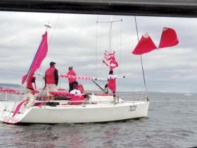 """Bei der Pink Regatta vor Seattle mit gehisstem """"Brazniker"""" © ariane paul"""