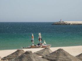 Der Kajakmaran-Mann angespült am portugiesischen Sandstrand. © AG