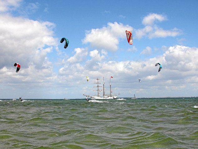 """Dreimaster """"Loth Lorien"""" als Mutterschiff für den Kite-Ausflug. © Supremesurf"""
