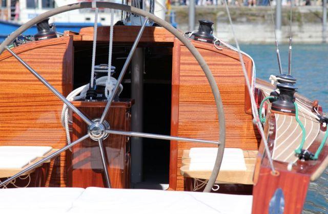 Das Steuerrad an der Großschotkonsole geriet recht groß. © Bootswerft Glas
