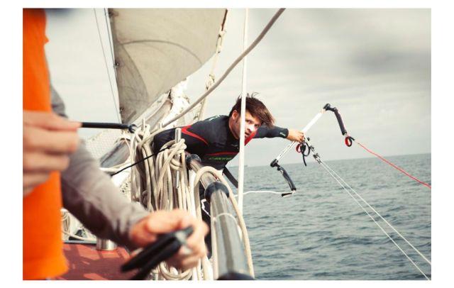 Kitesurfen vom Dreimaster. Bloß nicht in den Rahen hängen bleiben. © Supremesurf