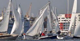 Folgenschwere Kollision: BLUE BIRD (blau) passiert als führendes Boot SPATZ und bleibt mit dem Mast hängen. © Wolfgang Gross/Rostock-Sport.de