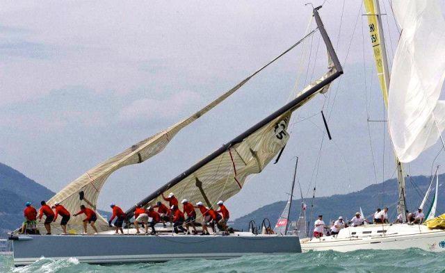 Die Crew sprintet zum Bug, um sich vor dem fallenden Mast in Sicherheit zu bringen.  © China Cup