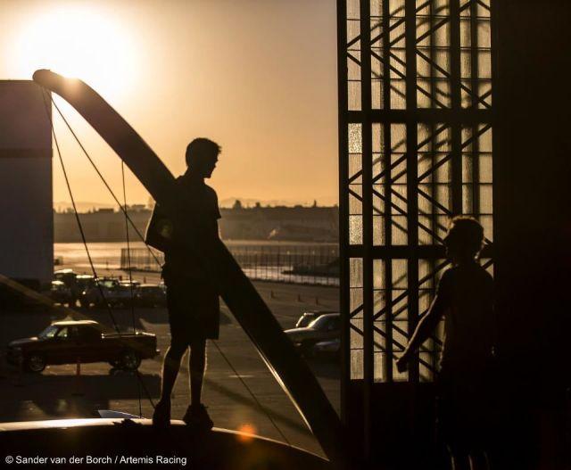 Das gebogene Artemis Schwert vor der aufgehenden Sonne.  © Sander van der Borch / Artemis Racing