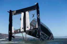 """Am Anfang stand """"USA 17"""" noch relativ stabil auf seinen beiden Bugspitzen im Wasser. Die Crew krabbelte von Bord, weil die Gefahr bestand, dass der Flügel wegbricht. © Guilain Grenier / Oracle Team USA"""