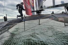 14 Meter Sprint für die Halse auf die neue Seite beim Team New Zealand. Der Rumpf links ist vom Tragflügel aus dem Wasser gehoben. © Chris Cameron / Emirates Team New Zealand