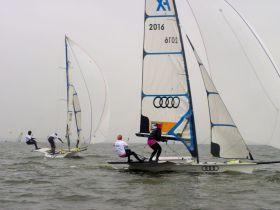 Duell auf Augenhöhe. Lutz/Beucke halsen nach links, Jurczok/Lorenz segeln über rechts. © Ulrike Grünberg