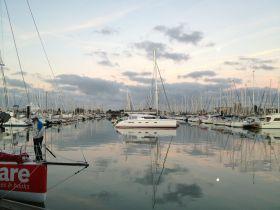 """""""Mare"""" vor dem Auslaufen zum ersten Trainingstag im La Rochelle Vieux Port Mega Hafen. © SegelReporter"""