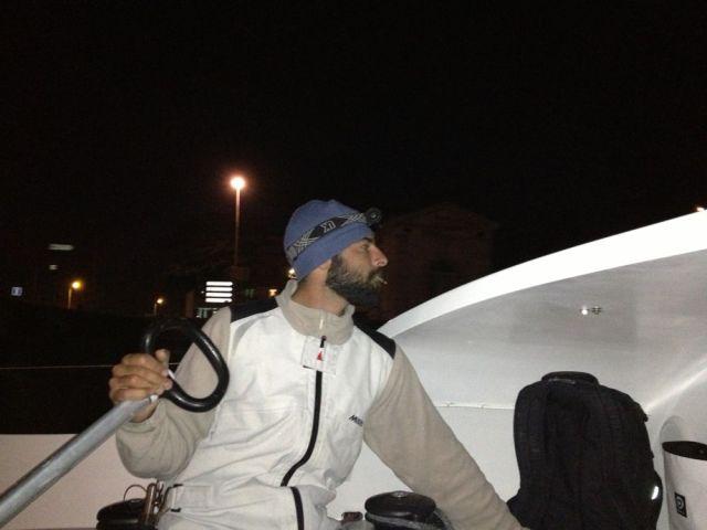 """Bootsmann Pierre Denjean steuert """"Mare"""" im Dunkeln aus La Rochelle. © SegelReporter"""