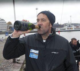 Tim Kröger feiert Platz zwei nach der ersten Etappe für Europa mit einem Schluck aus der Champagner Pulle. © onEdition