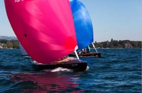 Farbenfroh gings bei der diesjährigen schweizer Meisterschaft der 15 qm SNS von Prangins bei Nyon auf dem petit Lac, dem westlichen Ende des Genfer See zu. © Jean François Hervo