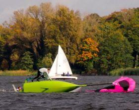 Grünes Boot vor grünen Bäumen. © BYC