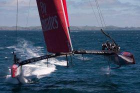 """Es läuft. Emirates Team New Zealand bei einem der letzten """"Flüge"""" vor zehntägiger Pause. © ETNZ/Chris Cameron"""