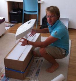 Alain Marchand, Segelmacher und Konstrukteur des neuen 5,5ers, mit einem Modell. © Marchand