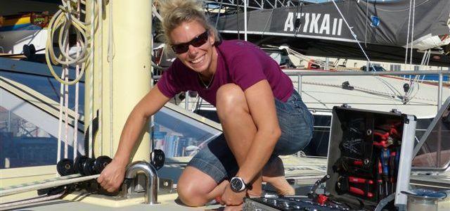 Selbst ist die Skipperin. Mareike Guhr zieht die letzten Schrauben fest vor dem Start zur ARC. © magsail