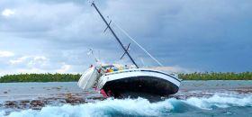 """""""Rancho Relaxo"""" hoch und trocken auf dem Riff vor den Tuamotus Inseln. Der Skipper war am Steuer eingeschlafen. © Eitzinger"""