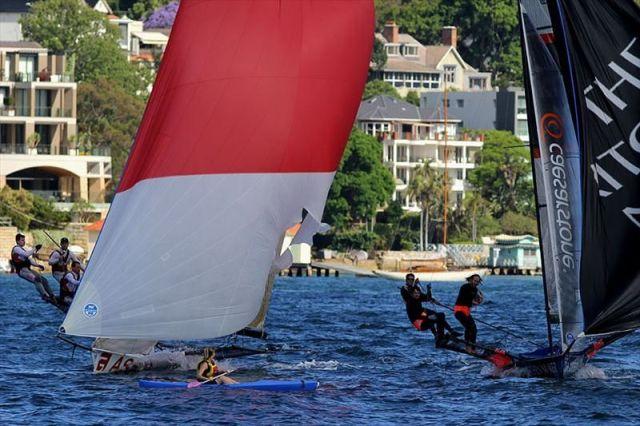 Zweikampf vor der Ziellinie. Da Luvboot weicht der Kanutin aus. Der Gennaker hat schon vorher etwas abbekommen. © Frank Quealey