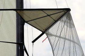 Der rotierene 18 Footer Mast wird durch eine deltaförmige Saling-Konstruktion gehalten, an der auch die Fock befestigt ist. © Frank Quealey