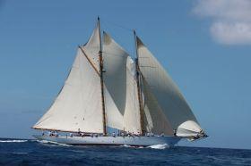 Schöner segeln in Altair-Cream. Der Fife Schoner, der den neuen alten Segeltuchstandart einführte. Persil-weiß geht ja hier nicht.  © Ocean Independance