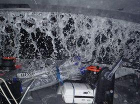 """Wassermassen ergießen sich in das """"Hugo Boss""""-Cockpit bei Surfs mit über 30 Knoten. © Alex Thomson"""