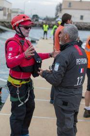 Hutchinson im Gespräch mit Loick Peyron. Nun geht der Amerikaner von Bord und der Franzose an Bord. © Sander van der Borch/Artemis