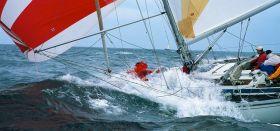 Der Seekreuzer `Jetrisata´ kommt in der kurzen steilen Ostseewelle ins Geigen, auf dem Vorschiff wird es nass.  © Peter Neumann