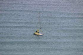 Bernhard Stamm auf seinem Ankerplatz vor Neuseeland. Wenig Wind, viel Schwell.