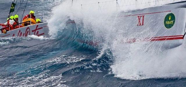 """""""Wild Oats XI"""" kämpft sich durch schwere See von Sydney nach Hobart. © Rolex/Carlo-Borlenghi"""
