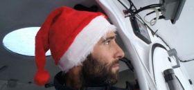 Armel Le Cléac'h mit Weihnachtsmütze in Führung