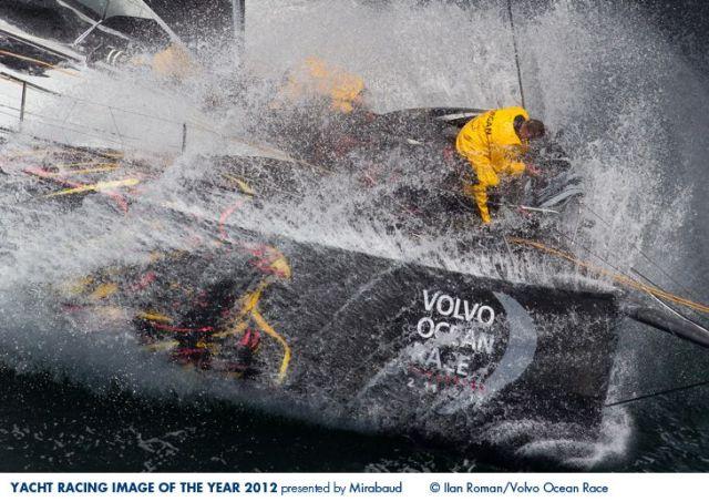 Vorschiffsmann bei der Arbeit auf dem Volvo Ocean Racer vom Abu Dhabi Team. © Ian Roman