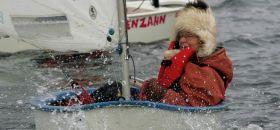 In Rostock sind sie noch härter. Selbst die 71-Jährige Marlene Graumann hockt sich zur Winterzeit in einen Opti. © Rostocksailing.de