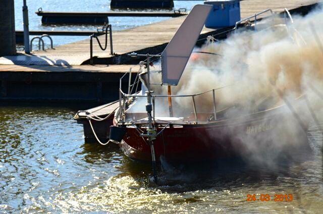 Dichter Qualm weht über den leeren Yachthafen in Wedel.