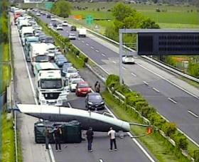 """""""Gekenterte"""" Toucan blockiert Autobahn."""