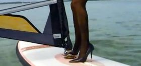 Windsurfen mit Strümpfen und High Heels.
