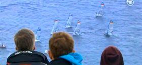 In Schilksee verfolgen Zuschauer das 49er Finale vor der Großbild-Leinwand