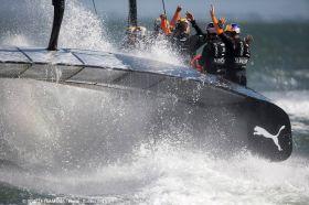 Und nach uns die Sinflut. Das Oracle Team jubelt über den siebten Sieg in Folge.  © OTUSA/Guilain Grenier