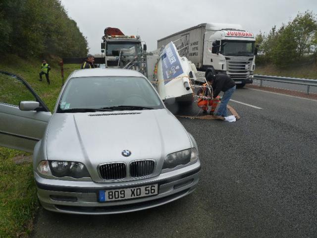 Nach einem längeren Schlingerkurs fiel die J/80 um. © Polizei