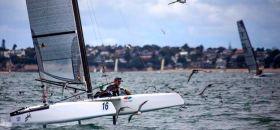 Silber-Gewinner Blair Tuke foilt durch einen Schwarm Jungvögel. © Cathy Vercoe