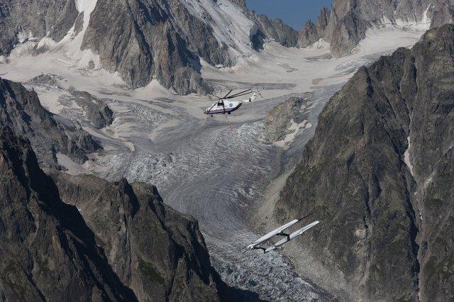 Auch Alinghi wurde per Helikopter verschleppt. Im August 2009 schwebte der Katamaran vom Genfer See bis nach Genua.  © Alinghi/Borlenghi