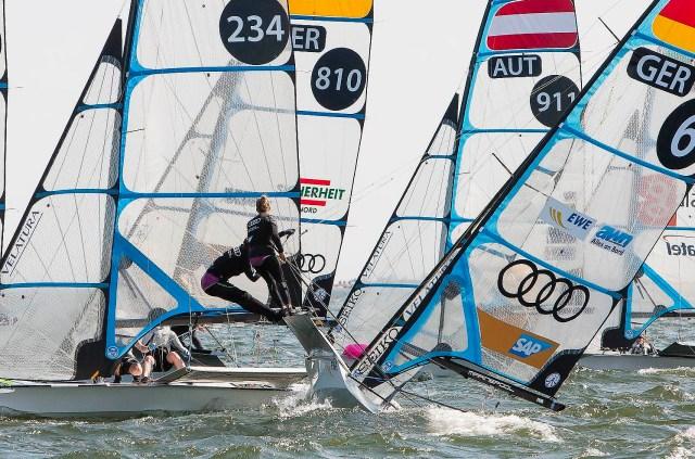 Einen starken EM-Auftakt im 49er-FX zeigten Victoria Jurczok und Anika Lorenz (GER-6).  © Mick Anderson / sailingpix.dk