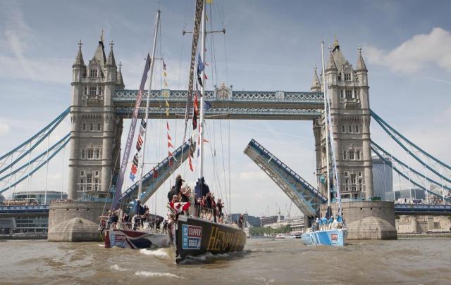 Große Ehrung für die drei Top-Platzierten mit Durchfahrt unter der Tower Bridge © clipper race