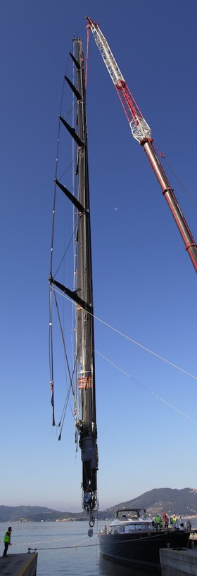 76 m und 17 t Hightech aus Valencia hängen neben 'Perseus' © Perini Navi