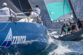 Gewohntes Bild der Saison: die 'Azzurra' jagt den Klassenprimus 'Quantum Racing'.  ©Carlo Borlenghi/Rolex