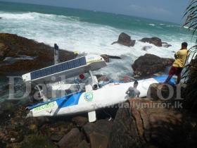 Kleinplastikteile auf Riff – Bourgnons Katamaran zerschellte vor der Küste Sri Lankas © daily mirror