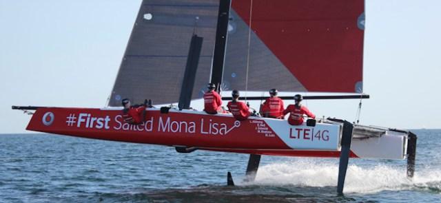 Mit einem GC32 auf Foils malten Lasse Klötzing und Crew die Mona Lisa aufs Wasser.  ©STG